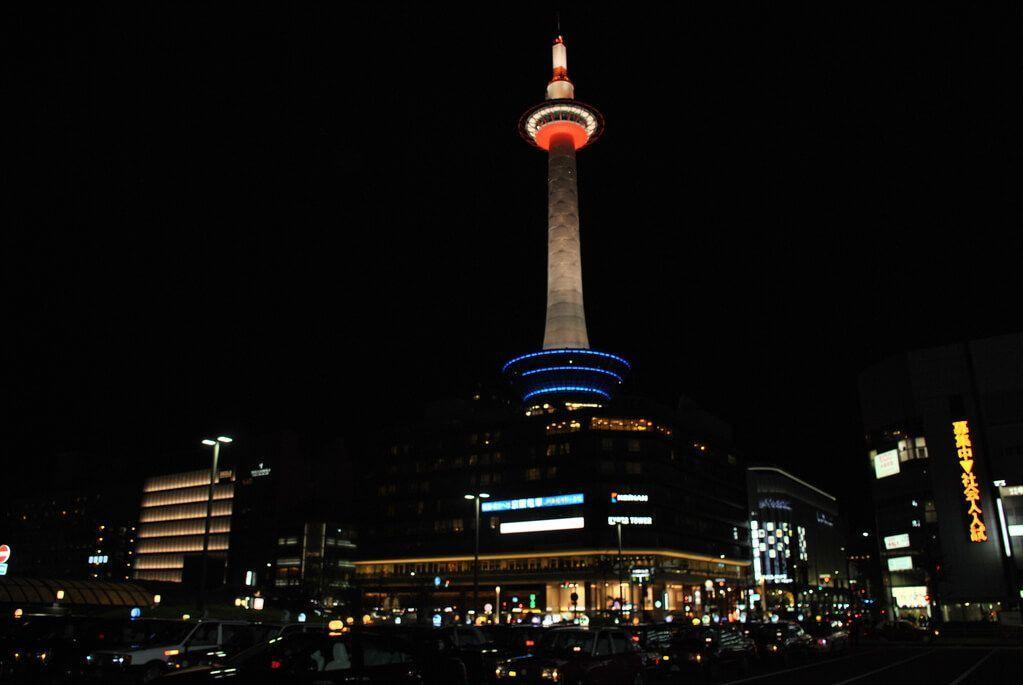torre de kioto de noche