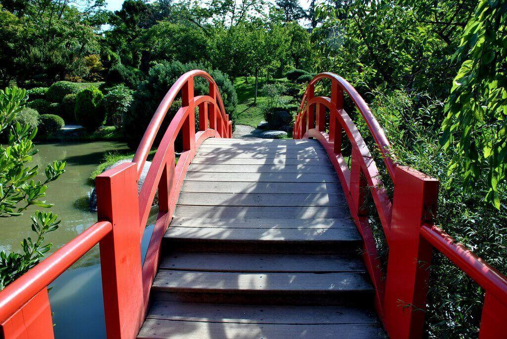 puene rojo del jardín japonés de Toulouse
