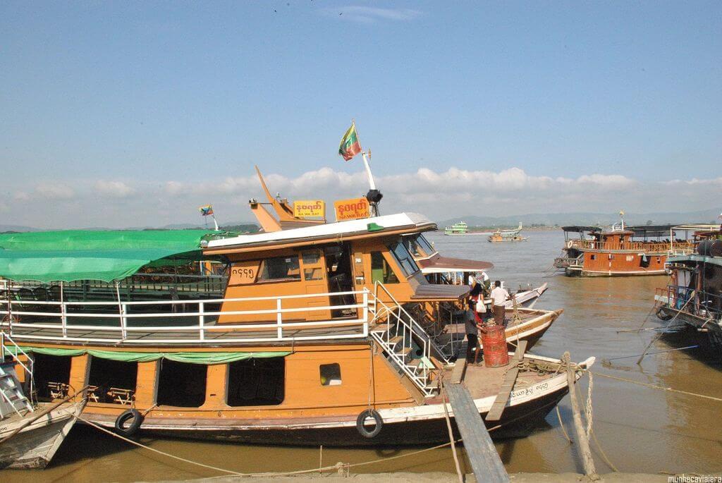 barco saliendo del puerto de Mandalay